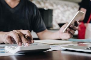 close-up van professionele rekenmachine en smartphone gebruiken