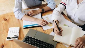 bovenaanzicht van zakelijke partners die samenwerken
