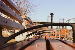 bruin houten bankje, doorkijk foto