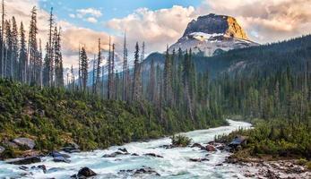 bergen en rivier bij zonsondergang foto