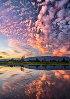 wolk bedekt landschap bij zonsondergang