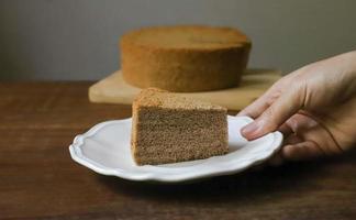 hand met een plakje cake