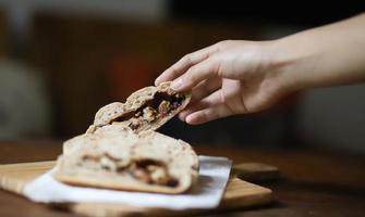 close-up van hand met gebak