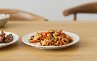 gemengde groente plaat op tafel foto