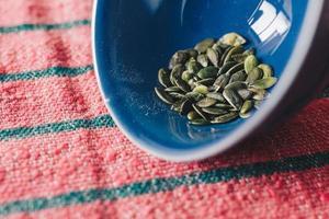 groene pompoenpitten in kom foto