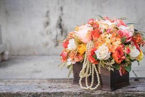 bloemboeket in houten kist