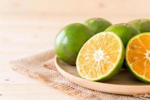verse natuurlijke sinaasappelen op plaat foto