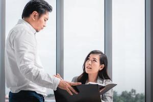 twee zakenpartners wisselen informatie uit op het werk foto