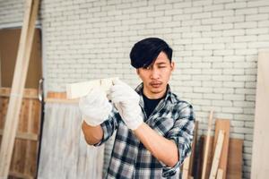 een timmerman controleert zijn werk op een bouwvizier foto