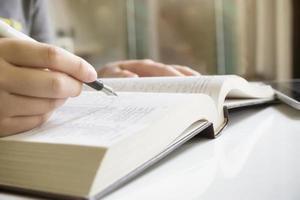 vrouw leesboek in bibliotheek foto