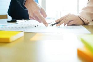 twee zakenpartners bespreken financiën op het werk. foto