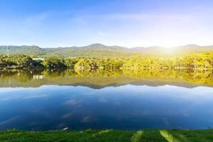 groen gras landschapsmening van ang kaew reservoir op chiang mai university. foto