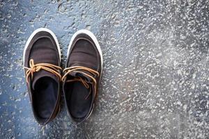 paar schoenen op cement achtergrond foto