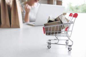 vrouw die online op haar laptop winkelt