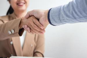 twee mensen uit het bedrijfsleven handen schudden