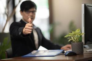 zakenman geven duimen omhoog foto