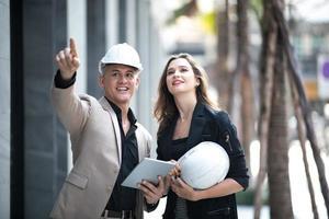twee arbeiders die een bouwwerf inspecteren