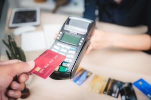 consument betaalt voor service met creditcard foto