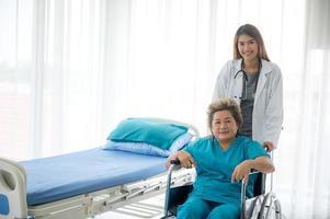de arts controleert de gezondheid van oudere patiënten in het ziekenhuis.