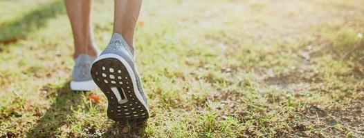 close-up van het lopen van voeten op gras