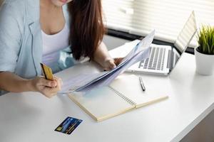 vrouw werkt aan financiën