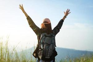 vrouw reiziger met opgeheven armen