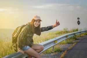 vrouw liften op weg foto