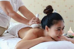 vrouw genieten van een spa-behandeling foto