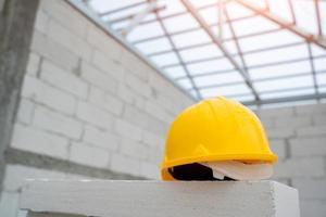 gele veiligheidshelm op de bouwplaats