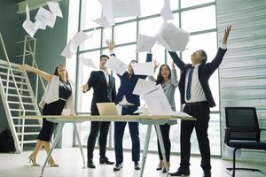 professionals gooien papier in de viering foto