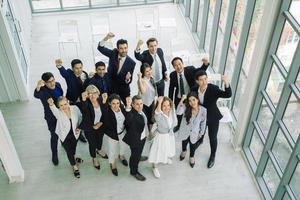 multi-etnische groep van zakelijke professionals met vuisten omhoog
