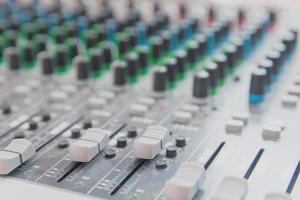 audio sound mixer bedieningspaneel. sound console knoppen voor het aanpassen van het volume foto