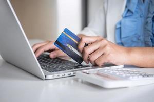 persoon die betaalt voor online winkelen foto