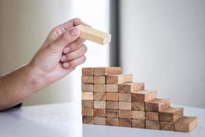 hand houten blokken stapelen foto