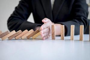 hand met houten blokken foto