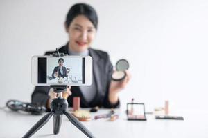 vrouw vlogger maakt een make-up tutorial