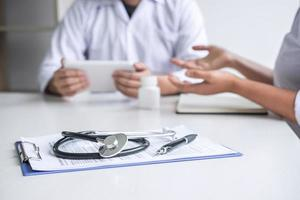 arts die een patiënt raadpleegt foto