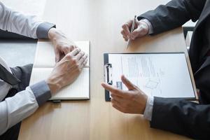een werkgever voert een interview met een kandidaat foto