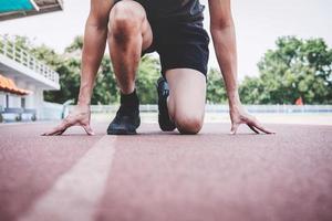 hardlopen voorbereiden om te rennen op de atletiekbaan foto