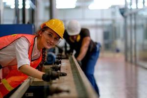 vrouwelijke ingenieur die bij installatie met medewerker werkt foto