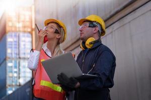 twee technici werken samen buiten de industriële installaties foto