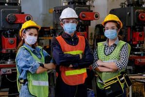 industriële arbeiders poseren samen op het werk
