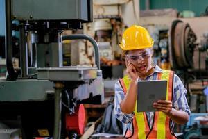 een vrouwelijke fabrieksarbeider die een inspectie voltooit foto