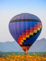 kleurrijke heteluchtballon landing foto