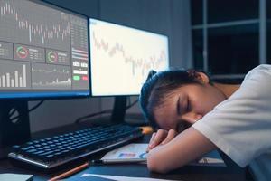 vrouw in slaap vallen op de computer foto