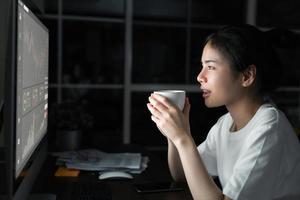 professionele handelaar die grafieken op computer analyseert foto