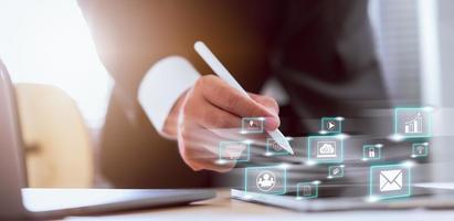 zakenman die sociale media gebruiken die aan tabletcomputer werken
