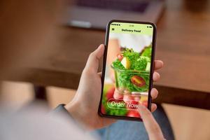 vrouw met behulp van app voor voedselbezorging foto
