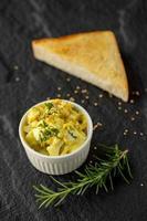 een stukje toast met aardappelsalade foto