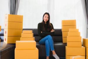 vrouw zitten in de kamer met dozen foto